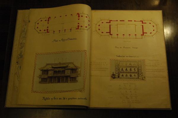 从茶叶到染料,从中医到《易经》,中国的古老知识与器物是如何被介绍到欧洲的? 一场汇聚了46件珍贵外文图书的展览勾勒出中国与欧洲两千多年交流的轨迹:西方最早介绍中国茶的书、西方最早的中医研究成果《中医大全》、在欧洲出版的首个《易经》完整译本、被誉为欧洲中国风的圣经的初版《中华帝国全志》12月10至11日,复旦大学历史系和上海图书馆中西文化交流研究资料中心联合主办了中国知识和产品在西方的传播和影响国际学术研讨会,并在上海图书馆徐家汇藏书楼举办了西文书籍里的中国中国知识和产品在西方的传播和影
